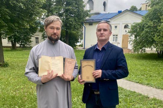 <b> 9 июня 2021 г. </b> Настоятель передал книги в дар школьной библиотеке